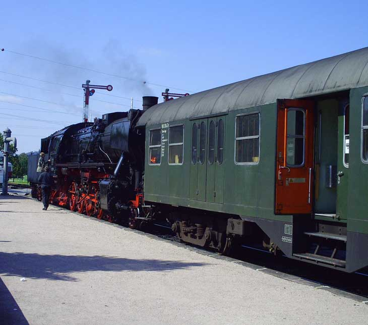 Dampfzug im Bahnhof